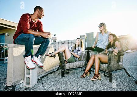 Amigos relajante terraza urbana