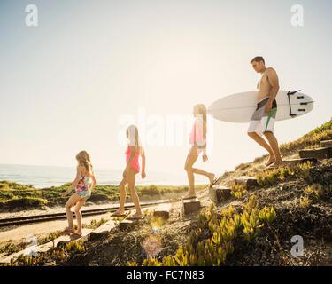 Padre del Cáucaso e hijas caminar en la playa