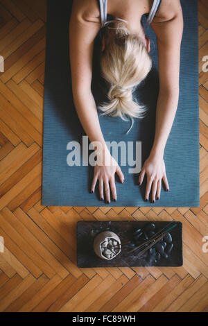 Mujer caucásica practicando yoga en studio