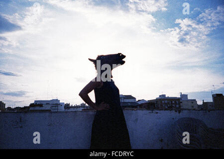 Mujer en la cabeza de caballo en la terraza permanente Foto de stock