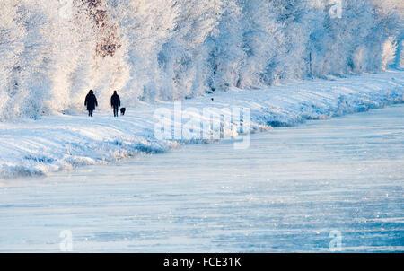 Sehnde, Alemania. El 22 de enero, 2016. Dos personas caminando por la nieve y el hielo a lo largo de un canal cerca de Sehnde, Alemania, 22 de enero de 2016. Foto: JULIAN STRATENSCHULTE/dpa/Alamy Live News Foto de stock