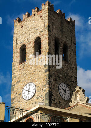 Italia Liguria 5 Terre Monterosso Campanario de la iglesia parroquial de San Giovanni Battista, antigua torre de guardias de Génova