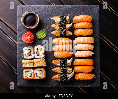 Sushi Conjunto sobre fondo de pizarra de piedra negra