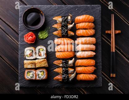 Set de sushi y sashimi sushi en piedra pizarra negra
