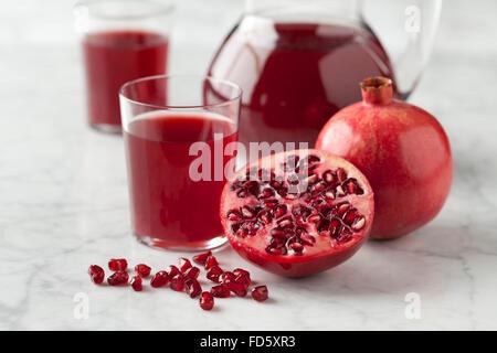 Jugo de granada fresca en un tarro Foto de stock