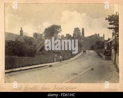 Fotografía de victoriano castillo Corfe desde East Street. c 1900. El castillo Corfe es una fortificación estando por encima de la aldea del mismo nombre, en la Isla de Purbeck en el condado inglés de Dorset.