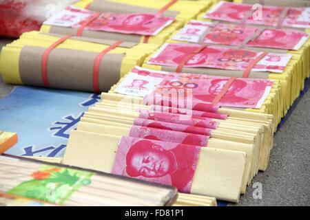 Bin Bin, CHN. 29 ene, 2016. Estos Infierno billetes de banco tener la apariencia real de RMB 05 notas de versión. La gente quema billetes falsos a los ancestros durante el Festival de la primavera. © SIPA Asia/Zuma alambre/Alamy Live News