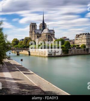 La Catedral de Notre Dame (arquitectura Gótica Francesa) y el río Sena en la Ile de La Cite (4º arrondissement), París, Francia
