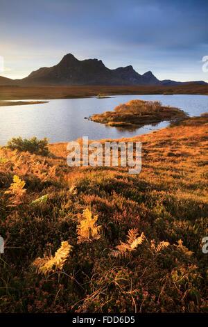Loch Hakel cerca de la lengüeta en el noroeste de Escocia, con Ben leal en la distancia. Foto de stock