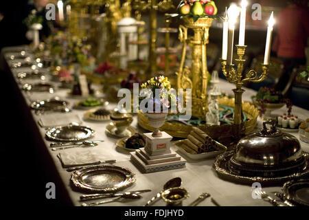 Mesa de comedor con servicio de cena y velas en Attingham Park, Shrewsbury, Shropshire.