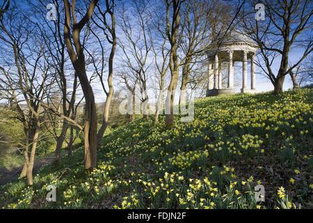 La rotonda construida en 1766, y narcisos en el parque en Petworth House, West Sussex. La rotonda iónico puede haber sido diseñado por Matthew Brettingham inspirado probablemente por Vanbrugh's rotundas.