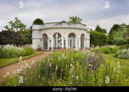 El Garden House, construido en 1780 por Robert Adam, en los terrenos de recreo en Osterley, Middlesex. El edificio tiene un frontal semicircular y pilastras jónicas.