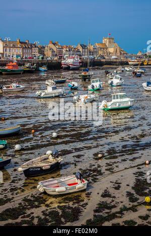 Francia, Normandía, Barfleur, vista del puerto con marea baja.