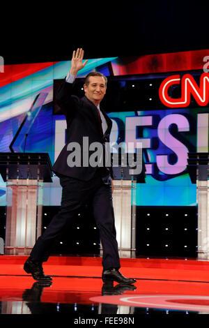LAS VEGAS, NV, 15 de diciembre de 2015, el Senador Ted Cruz, un Republicano de Texas y candidato presidencial en 2016, paseos y ondas en fase al inicio del debate de Candidatos Presidenciales Republicanos en el Venetian.