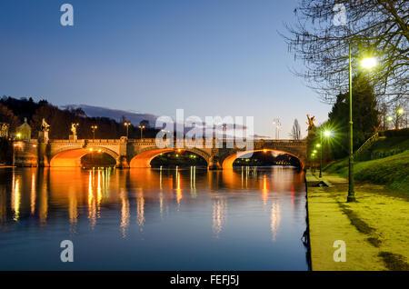 Turín (Torino), el río Po y el puente Umberto I al atardecer