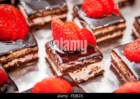 Tarta de chocolate con fresas en la mesa de madera