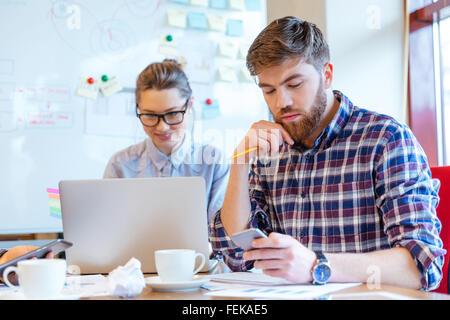 Jóvenes empresarios que trabajan en la oficina