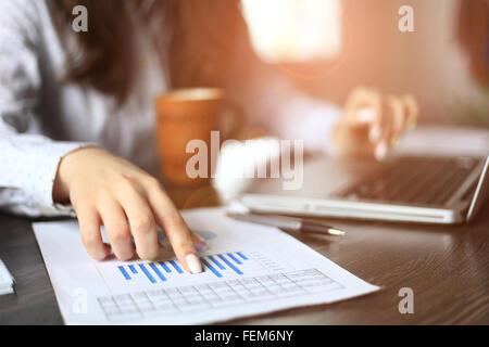 Manos de gestor financiero tomando notas cuando trabaje en informe