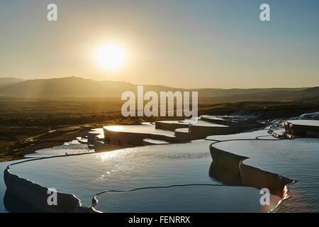 Puesta de sol en las terrazas hot spring, Pamukkale, Anatolia, Turquía Foto de stock