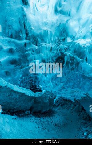 La cueva de hielo en la base del glaciar Jokulsarlon en Islandia Foto de stock