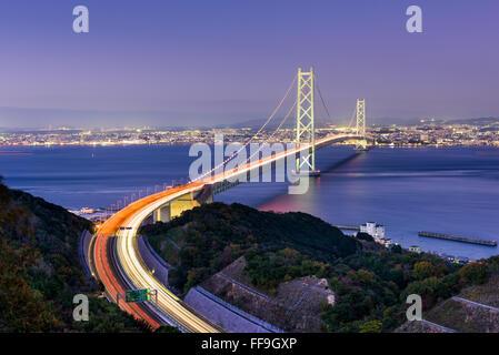 Puente Akashi Kaikyo spanning el Mar Interior de Seto de Kobe, Japón.