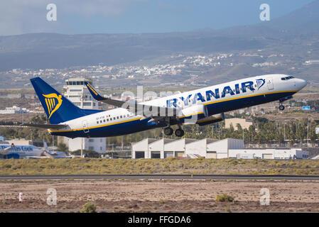 TENERIFE, España - 31 de enero: Boeing 737-800 de Ryanair está despegando desde el aeropuerto de Tenerife Sur el 31 de enero de 2016.