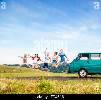 Young hipster amigos en Road Trip. Foto de stock
