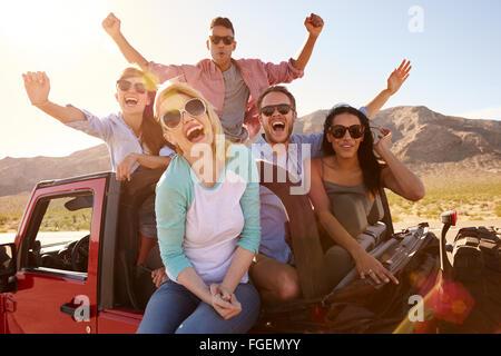Amigos de viaje por carretera en coche Convertible permanente Foto de stock
