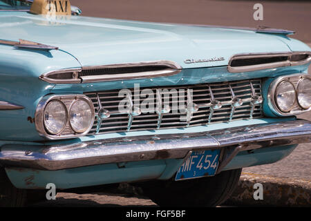 Cerca del viejo taxi Chevrolet azul HWF454 en La Habana, Cuba, Las Antillas, el Caribe, América Central