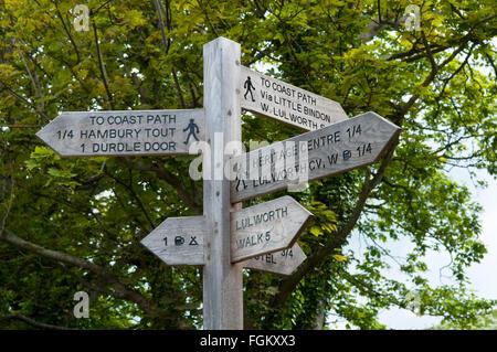 Cartel de madera para mostrar las direcciones de senderos alrededor de West Lulworth, Dorset, Inglaterra