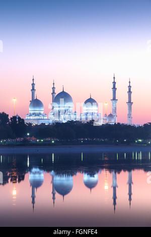 Gran Mezquita de Sheikh Zayed, en Abu Dhabi, Emiratos Árabes Unidos al amanecer. Foto de stock