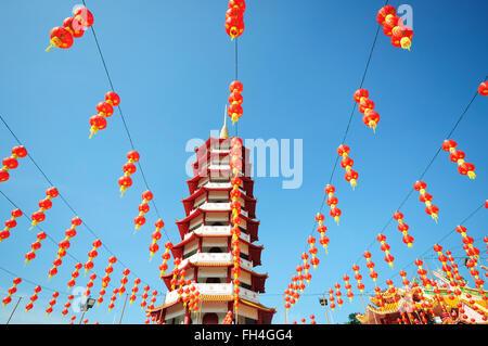 Pagoda china y linternas durante el año nuevo chino