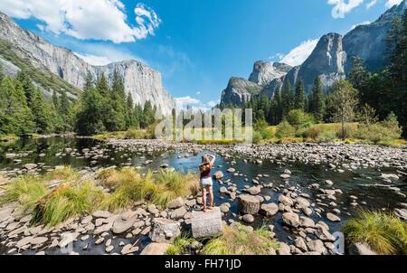 Turista fotografiar vistas del Valle, El Capitan y el río Merced, El Parque Nacional Yosemite, California, EE.UU.