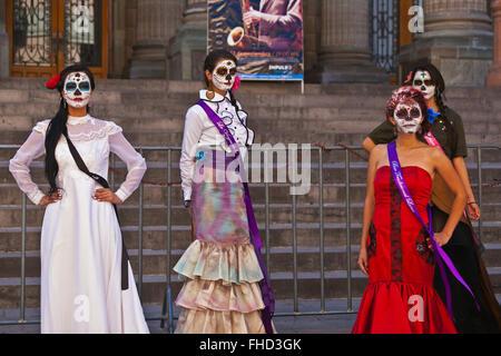 LA CALAVERA CATRINAS O CALAVERAS, elegantes son los iconos del DÍA DE LOS MUERTOS - Guanajuato, México Foto de stock