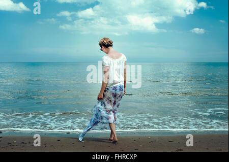 Mujer joven caminar en la playa