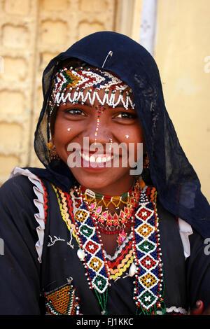 Sonriendo Bhopa (cast) chica con la vestimenta tradicional y enrasar en Jaisalmer, India Foto de stock