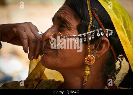 Rajasthani mujer con asombroso anillo de la nariz piercing , Jaisalmer, India Foto de stock