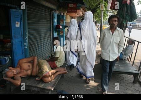 Los misioneros de la Caridad de la Madre Teresa - monjas caminando por las calles de Calcuta, India, ayudar a los pobres y las personas sin hogar Foto de stock