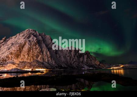 Aurora Borealis sobre Svolvaer Lofoten, Noruega
