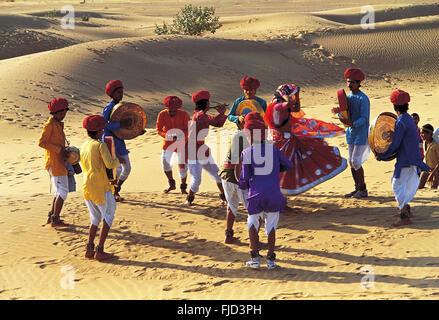Las mujeres realizan la danza en desierto, Jaipur, Rajasthan, India, Asia