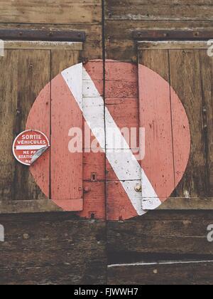 Ángulo de visión baja de símbolo en pared de madera
