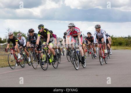 Macho activo ciclistas en hombres Criterium Bike carrera organizada por British Cycling en Fowlmead Country Park, tratar, Kent, Inglaterra, Reino Unido, Gran Bretaña