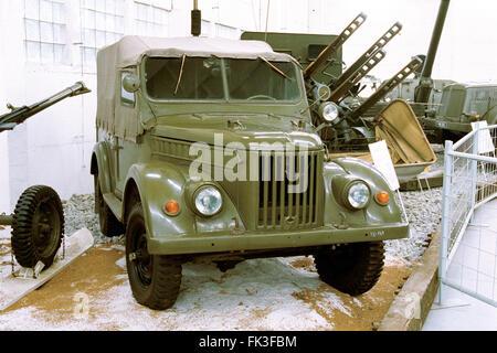 Camión ligero soviético GAZ-69 producidos por la planta automovilística GAZ (1957) muestra en el Museo de la técnica militar en Lesany, República Checa.
