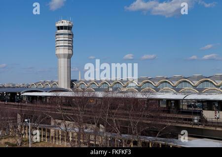 El Aeropuerto Nacional de Washington Ronald Reagan torre de control - Washington, DC, EE.UU.