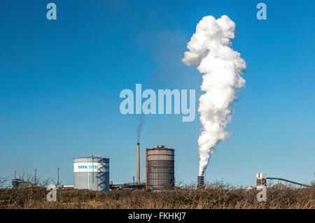 Escupiendo nubes de vapor de la planta de producción de Tata Steel en Port Talbot, Gales del Sur, contra un cielo azul claro