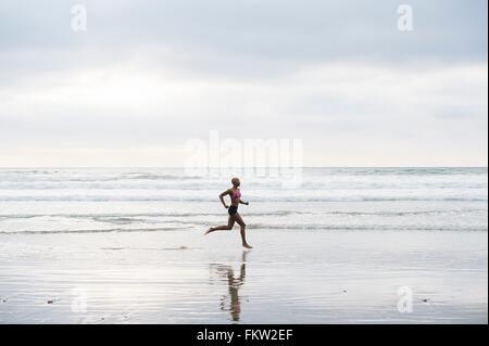 Mujer en bikini haciendo footing en la playa