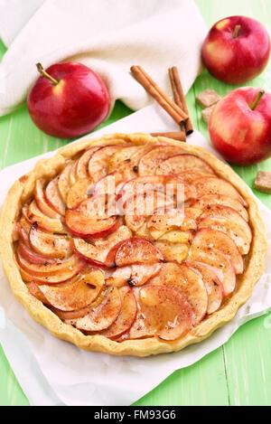 Tarta de manzana, frutas frescas y palitos de canela Foto de stock
