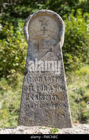 Francia, Ariège, Montsegur, el castillo, Estela erigida en 1960 en memoria de los mártires Cátaros quemados cerca del castillo