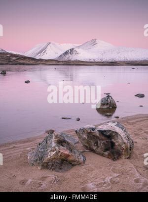 Lochan na h-Achlaise sobre Rannoch Moor, justo antes del amanecer, mirando hacia el Monte Negro cubierto de nieve. Foto de stock