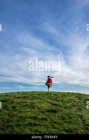 Chica en una colina girando en torno a